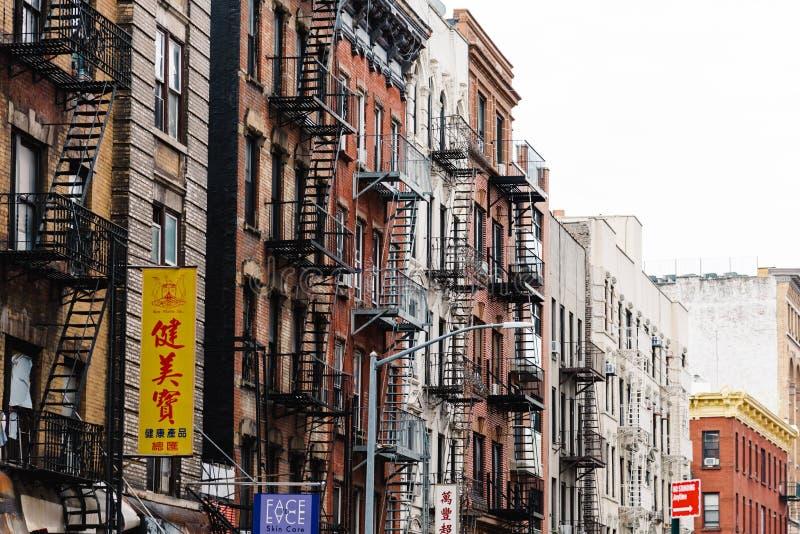 Construções velhas com escapes de fogo no bairro chinês em New York imagens de stock