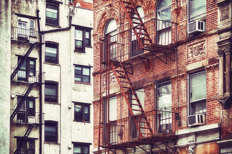 Construções velhas com escapes de fogo, NYC fotografia de stock royalty free
