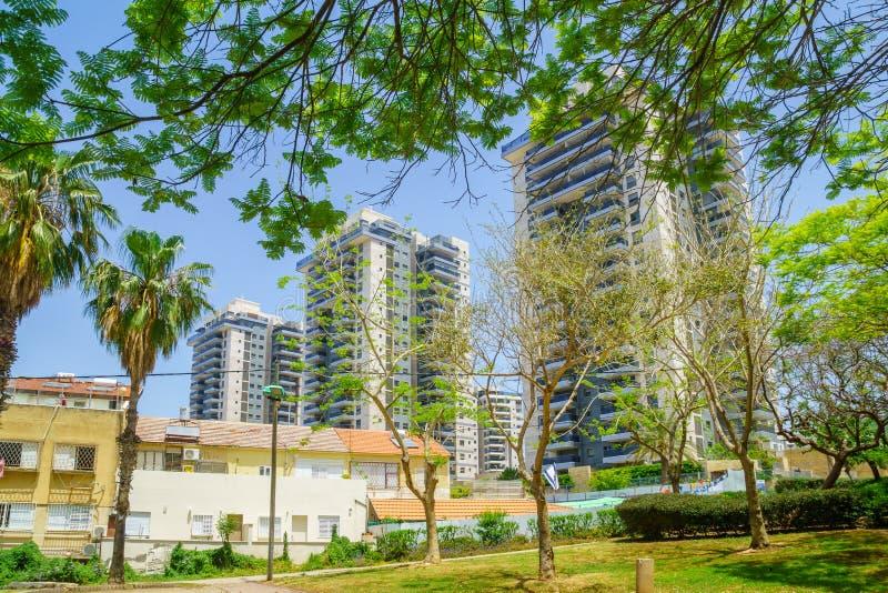 Construções velhas e novas na vizinhança de Neve David, Haifa imagem de stock