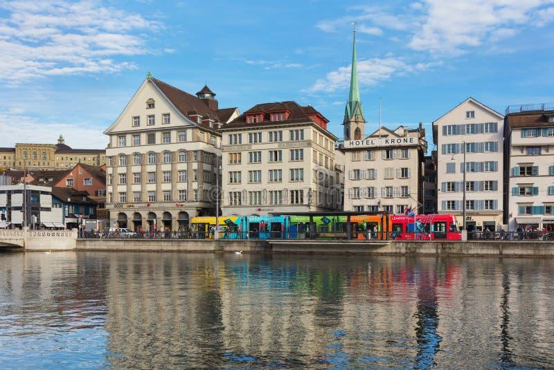 Constru??es da parte hist?rica da cidade de Zurique ao longo do rio de Limmat fotografia de stock royalty free
