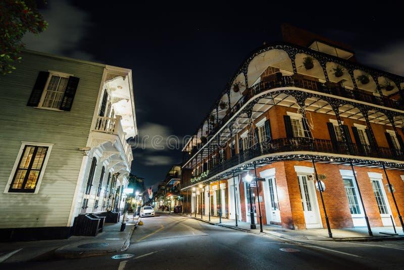 Constru??es no bairro franc?s na noite, em Nova Orle?es, Louisiana imagem de stock