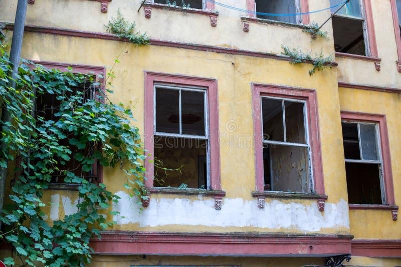 Constru??o abandonada velha com janelas quebradas Casa vazia em que ninguém vidas Istambul fotos de stock royalty free