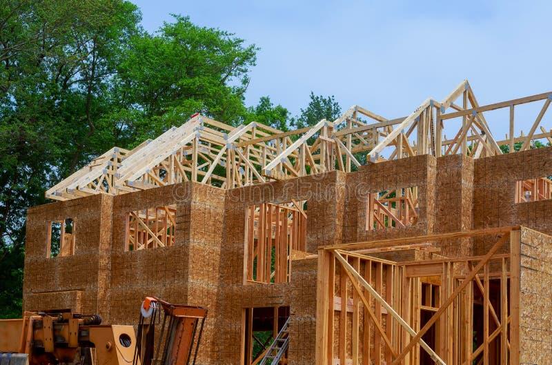 Constru??o civil, estrutura de quadro de madeira no local novo da promo??o imobili?ria fotografia de stock royalty free