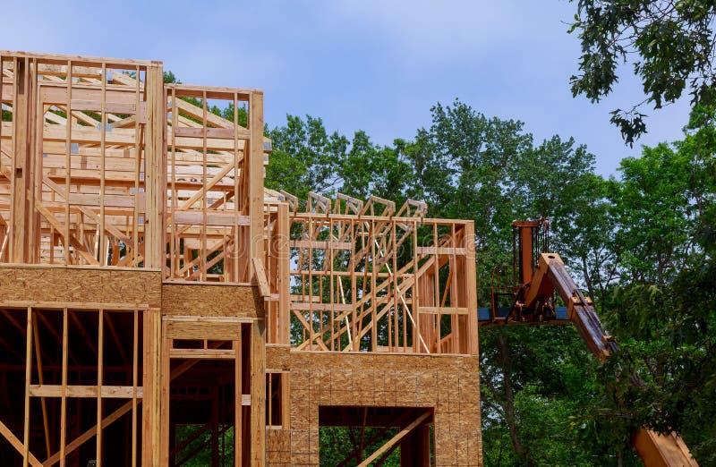Constru??o civil, estrutura de quadro de madeira no local novo da promo??o imobili?ria foto de stock royalty free