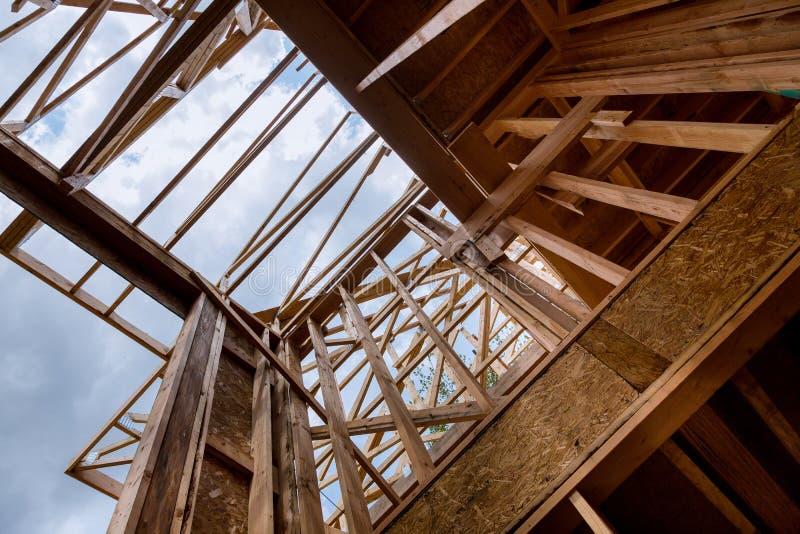 Constru??o civil, estrutura de quadro de madeira no local novo da promo??o imobili?ria foto de stock