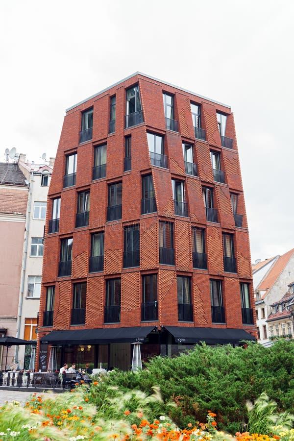 Constru??o contempor?nea em ruas velhas de Riga, Let?nia, o 25 de julho 2018 imagem de stock
