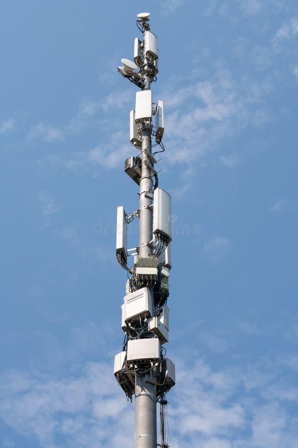 Constru??o da torre de antena Estação celular da tecnologia, transmissor sem fio de uma comunicação no poder exterior de Polos, m fotografia de stock