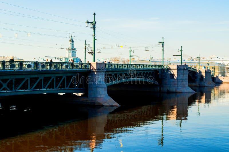 Constru??o de Kunstkamera e a ponte do pal?cio sobre o rio de Neva em St Petersburg, R?ssia imagens de stock