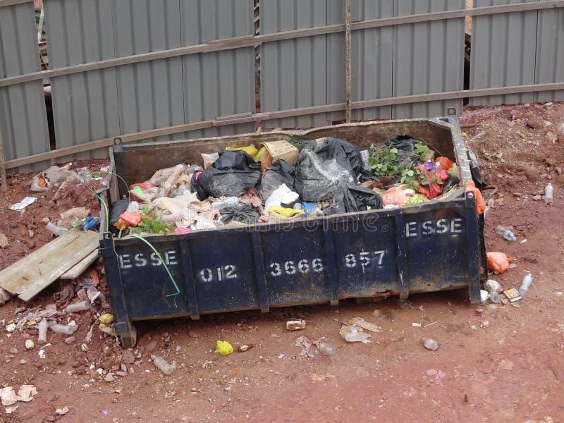 A constru??o desperdi?ou o escaninho da elimina??o usado para recolher desperd?cios e material n?o utilizado imagens de stock
