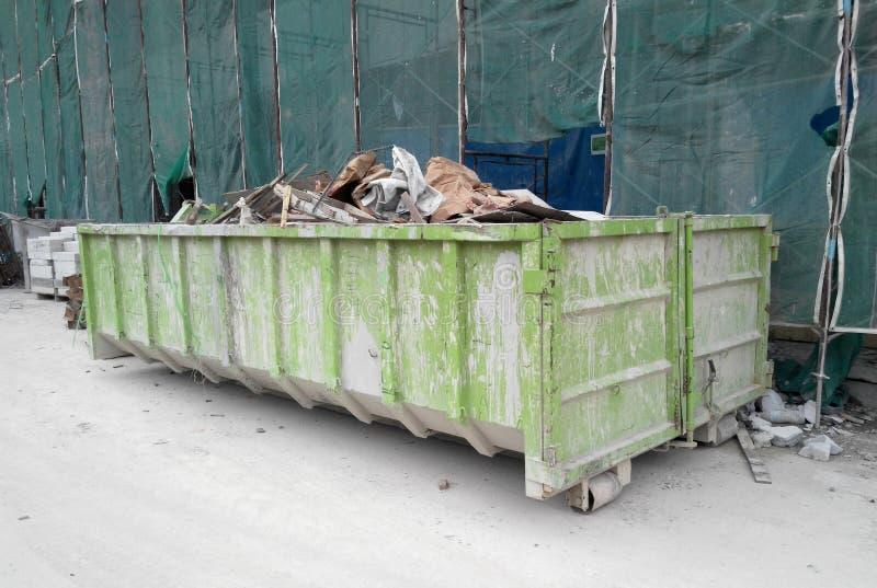 A constru??o desperdi?ou o escaninho da elimina??o usado para recolher desperd?cios e material n?o utilizado fotos de stock