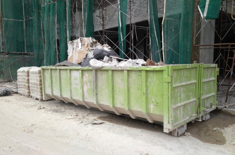 A constru??o desperdi?ou o escaninho da elimina??o usado para recolher desperd?cios e material n?o utilizado imagem de stock