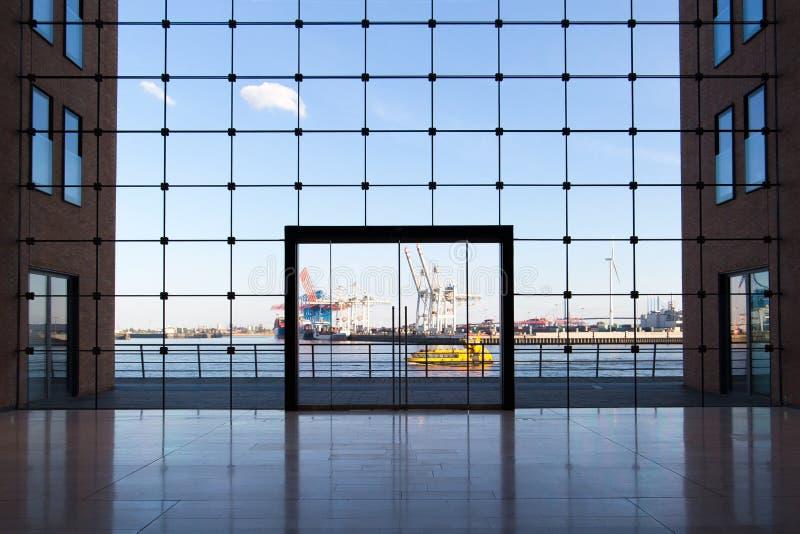 Constru??o do neg?cio em Hamburgo com janelas grandes e uma vista do porto famoso imagens de stock