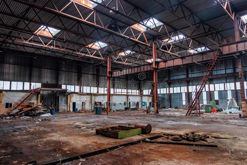 Constru??o industrial abandonada com constru??es oxidadas velhas do guindaste e do metal de ponte fotos de stock royalty free