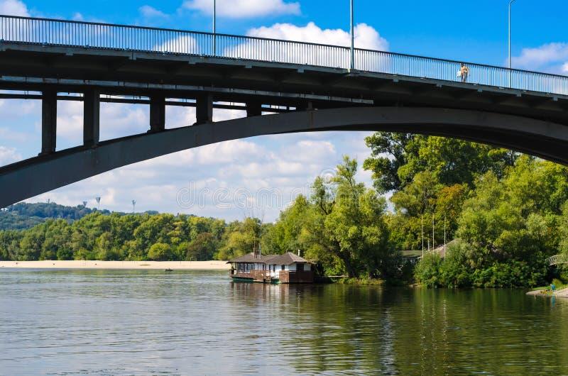 Construa uma ponte sobre e o banco esquerdo do Dnieper e de um restaurante fotografia de stock royalty free