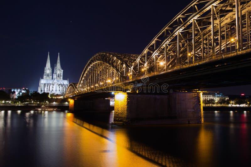 Construa uma ponte sobre e os DOM de Colónia na noite imagens de stock royalty free