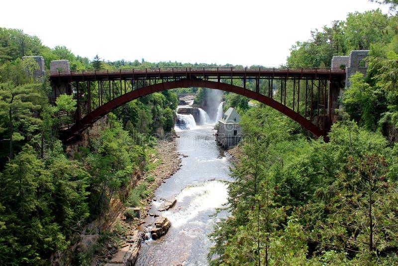 Construa uma ponte sobre o cruzamento sobre formações do arenito e rio, falha de Ausable, New York, 2018 fotos de stock royalty free