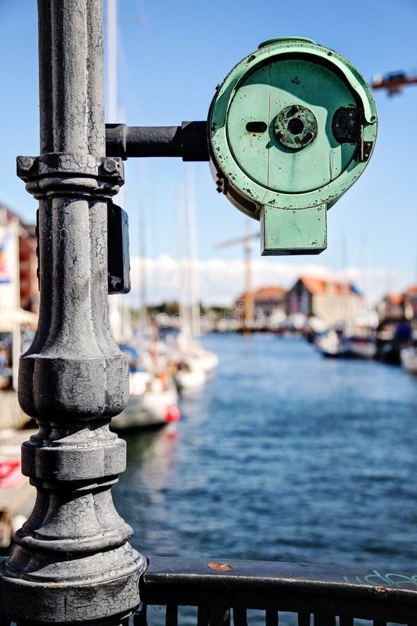 Construa uma ponte sobre o detalhe e a vista em um canal em Copenhaga, Dinamarca fotografia de stock
