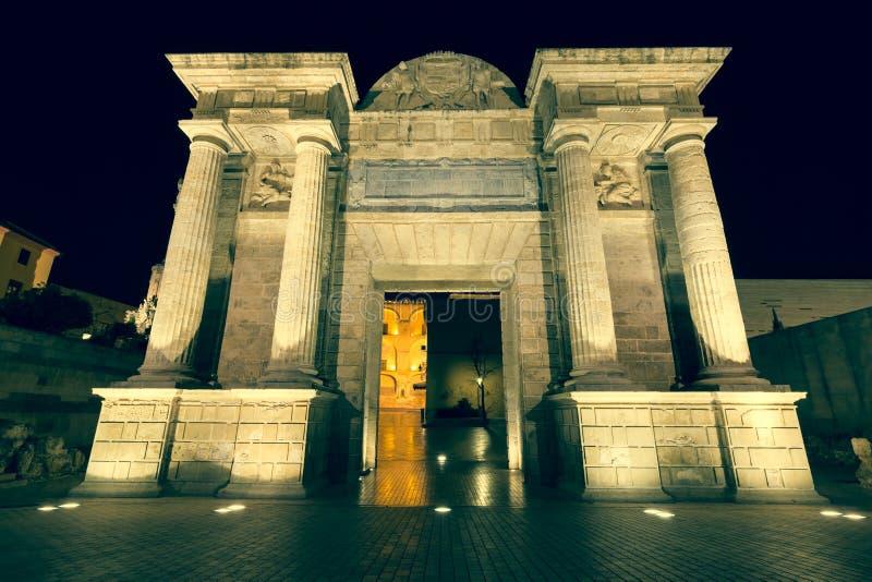 Construa uma ponte sobre o illum triunfal do arco do renascimento da porta (Puerta del Puente) imagem de stock royalty free
