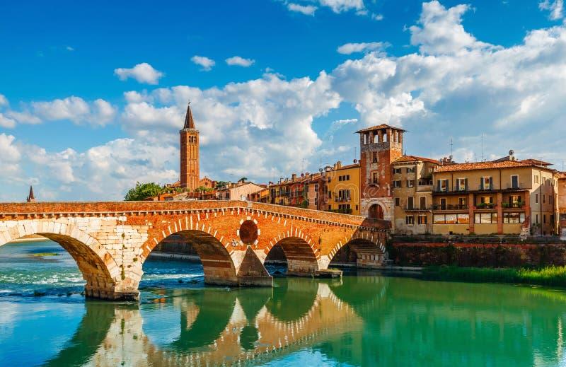 Construa uma ponte sobre Ponte Pietra em Verona no rio de Adige imagens de stock