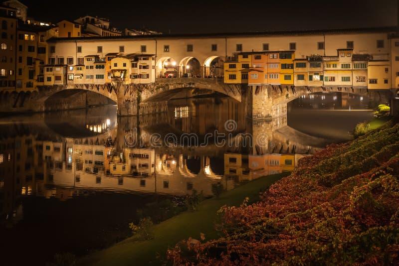 Construa uma ponte sobre Ponte Vecchio em Florença na noite no outono fotos de stock royalty free