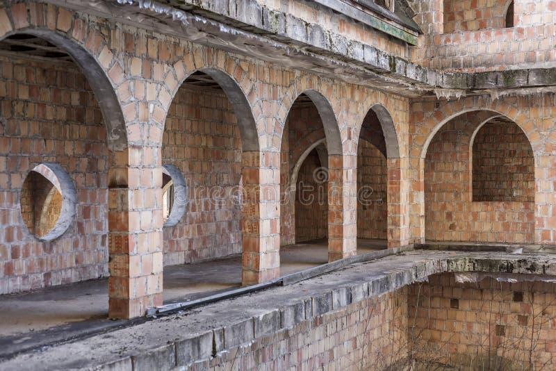 Construcción abandonada, inacabada del castillo imagenes de archivo