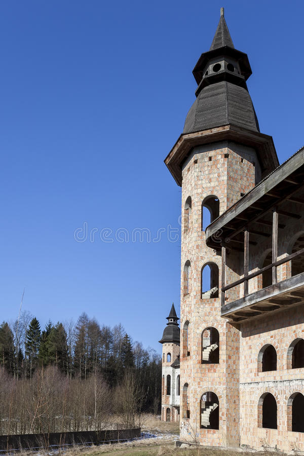 Construcción abandonada, inacabada del castillo fotos de archivo