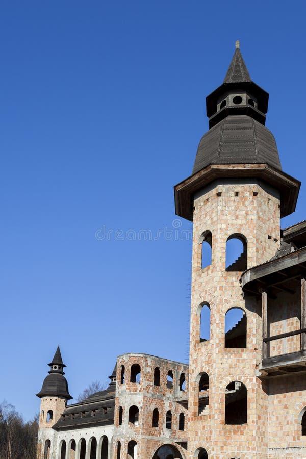 Construcción abandonada, inacabada del castillo foto de archivo