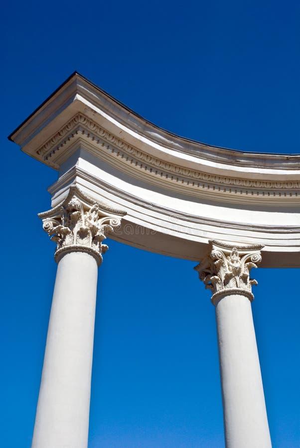 Construcción arquitectónica con las columnas imagenes de archivo