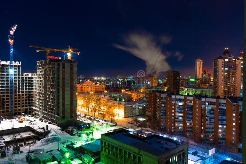Construcción colorida del paisaje urbano y de edificios en la ciudad de Ekaterimburgo en la noche foto de archivo libre de regalías