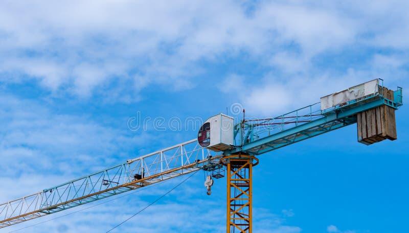 Construcción con grúa y edificio Industria inmobiliaria Equipo de elevación del carrete de uso de grúa en el lugar de construcció foto de archivo libre de regalías