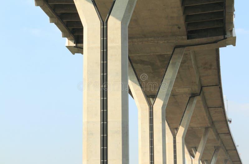 Construcción concreta debajo del puente de Bhumibol, Bangkok, Tailandia en fondo del cielo azul imagenes de archivo