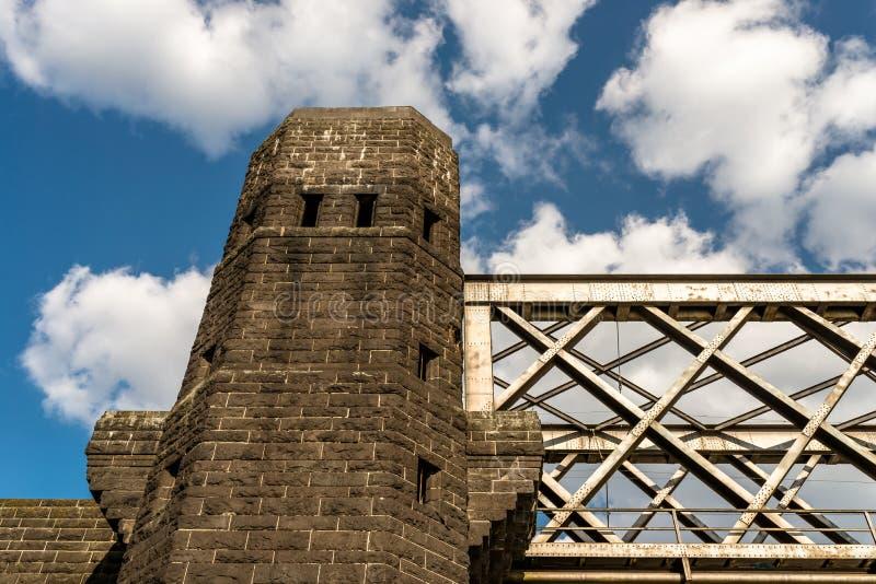 Construcción de acero del enrejado de un puente ferroviario en un fondo del cielo azul con las nubes blancas fotos de archivo libres de regalías