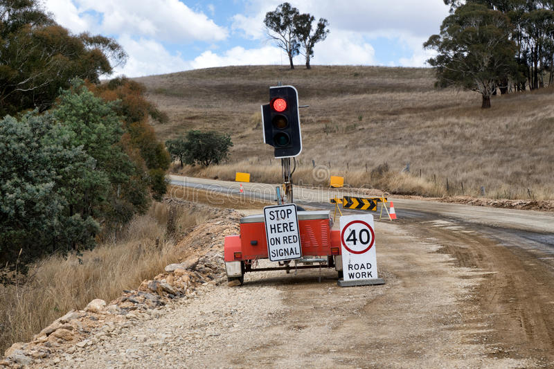 Construcción de carreteras rural con el semáforo y las muestras imagen de archivo