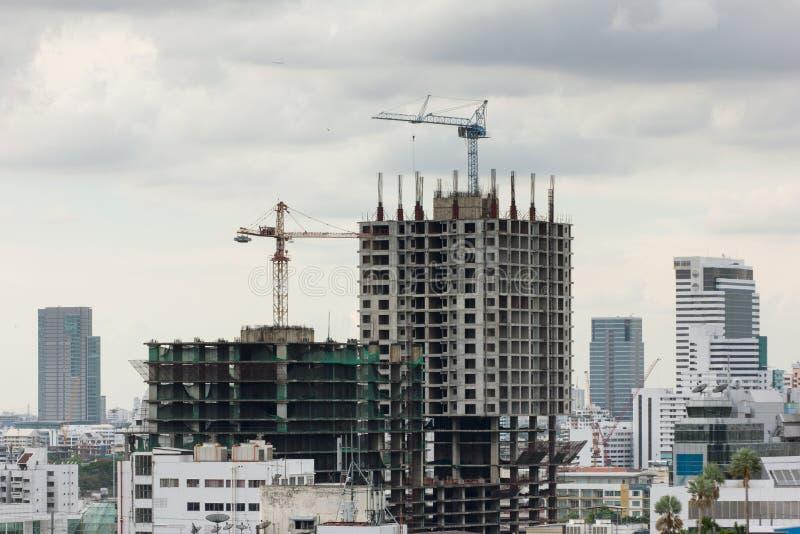 Construcción de edificios en una zona urbana pesadamente congestionada foto de archivo libre de regalías