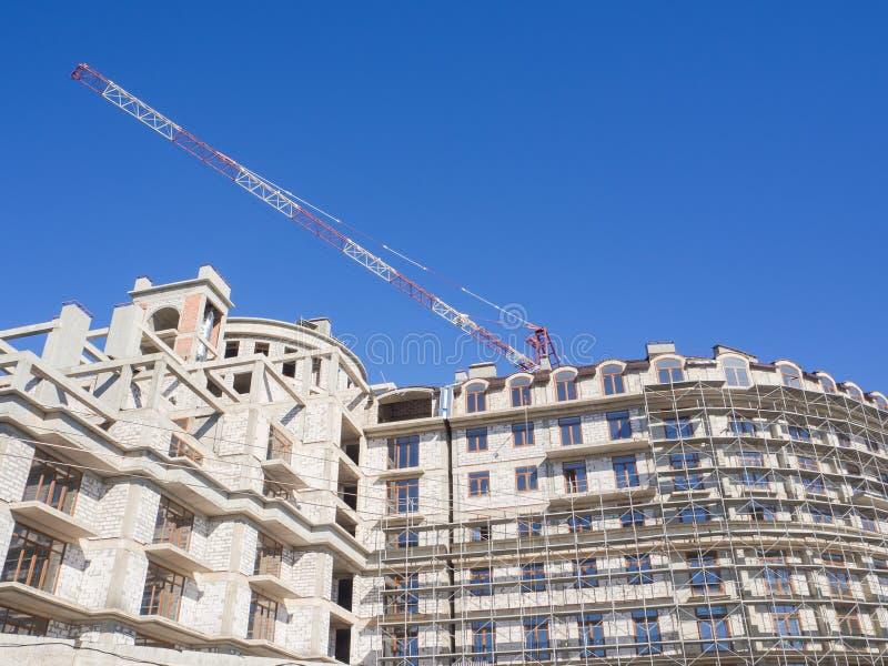 Construcción de edificios modernos Edificio bajo construcción contra el cielo azul foto de archivo
