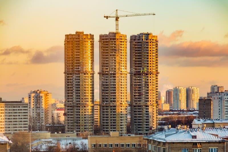 Construcción de edificios residenciales de gran altura en la ciudad grande Paisaje urbano del invierno en la puesta del sol Moscú fotografía de archivo libre de regalías