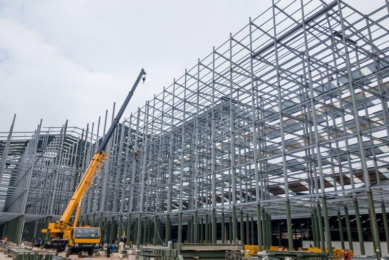 Construcción de edificios usando la grúa imagen de archivo