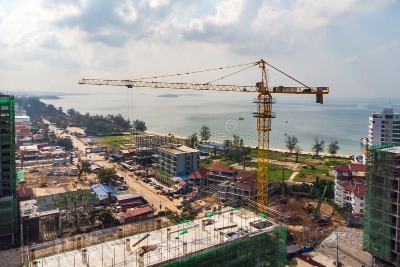 Construcci?n de edificios de varios pisos en Camboya, Sihanoukville Gr?as de construcci?n en el fondo de edificios cuento imagen de archivo libre de regalías