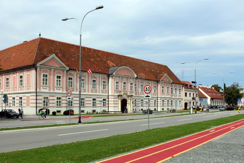 Construcción de escuelas barroca vieja de música en la parte moderna de la ciudad fotos de archivo libres de regalías