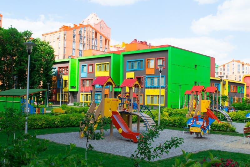 Construcción de escuelas moderna y colorida de la guardería fotos de archivo