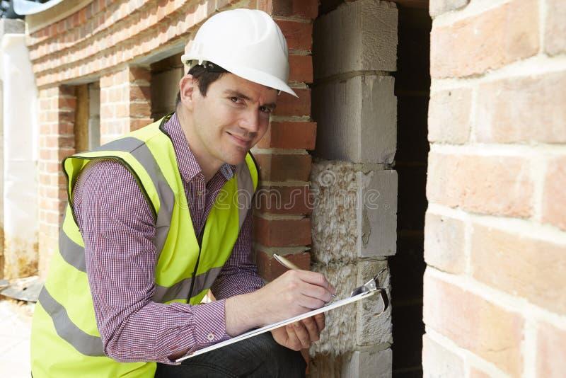 Construcción de la casa de Checking Insulation During del arquitecto imágenes de archivo libres de regalías