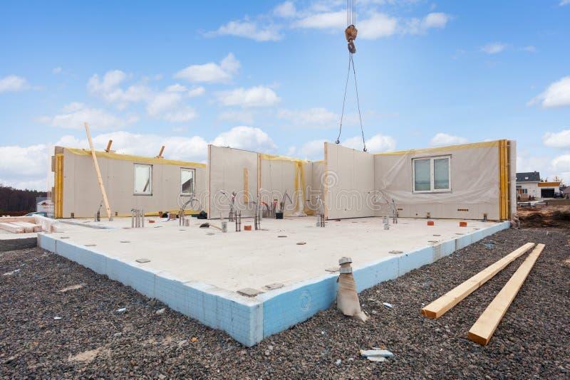 Construcción de la casa económica de energía Los paneles aislados estructurales con los tubos plásticos en la fundación imagen de archivo