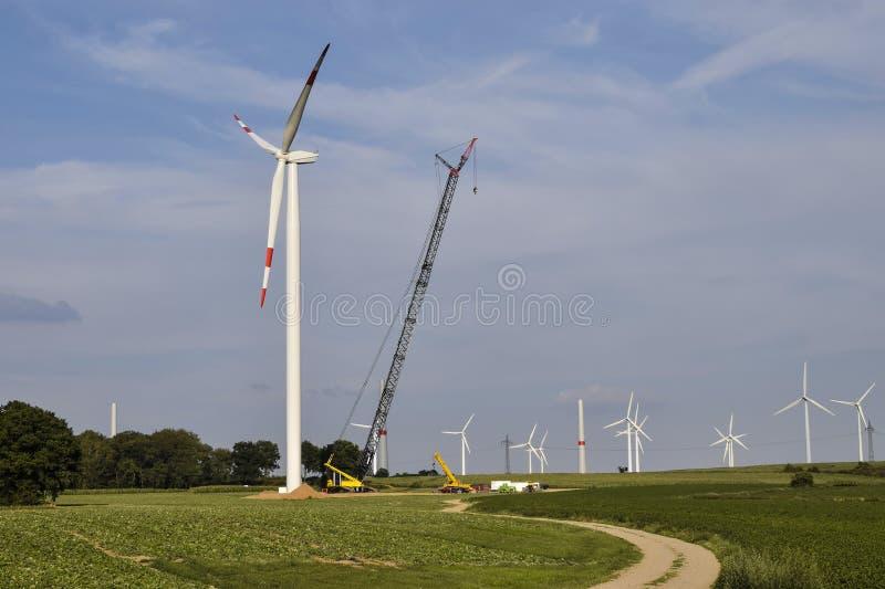 Construcción de la central eléctrica de energía eólica foto de archivo libre de regalías