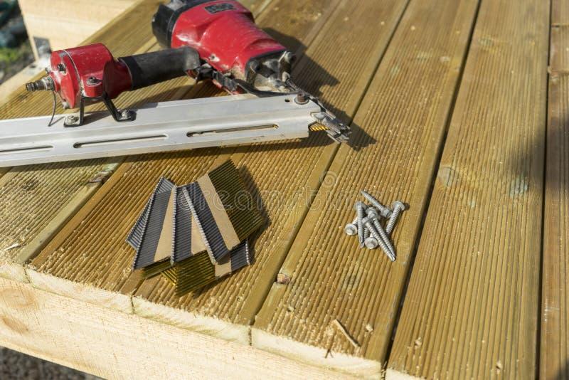 Construcción de la cubierta con los clavos y los tornillos fotos de archivo