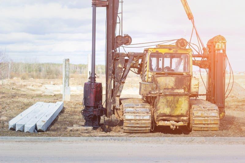 Construcción de la construcción de la fundación en pilas de conducción concretas reforzadas en maquinaria y el equipo del suelo p fotos de archivo libres de regalías