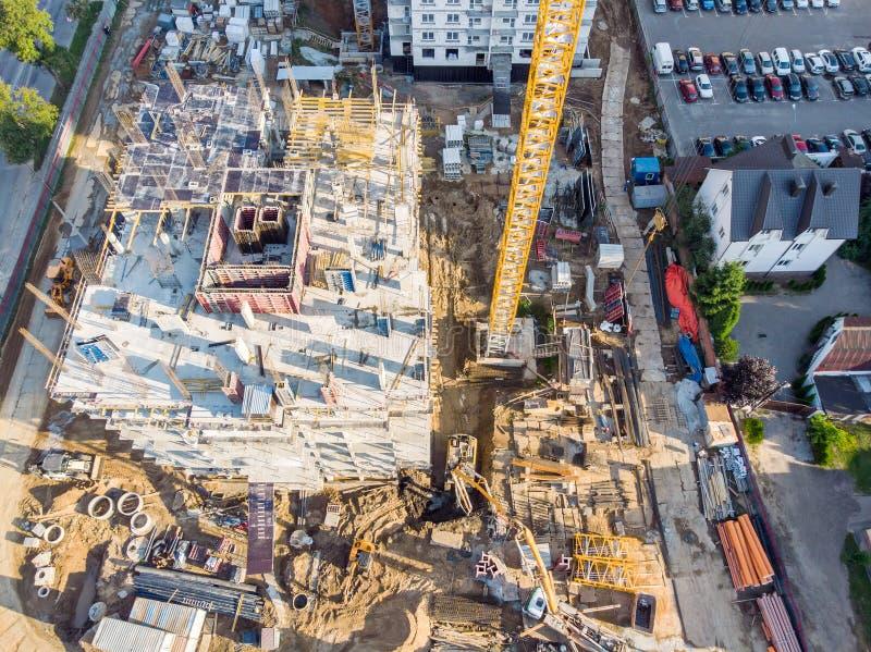 Construcción de la nueva construcción de viviendas de varios pisos Silueta del hombre de negocios Cowering foto de archivo libre de regalías