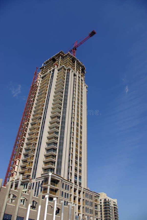 Construcción de la propiedad horizontal del Highrise imagenes de archivo