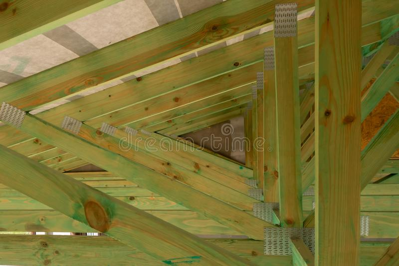 Construcción de la techumbre Construcción de madera de la casa de marco del tejado foto de archivo