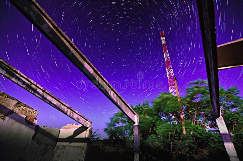 Construcción de la torre de la TV en la noche estrellada imágenes de archivo libres de regalías