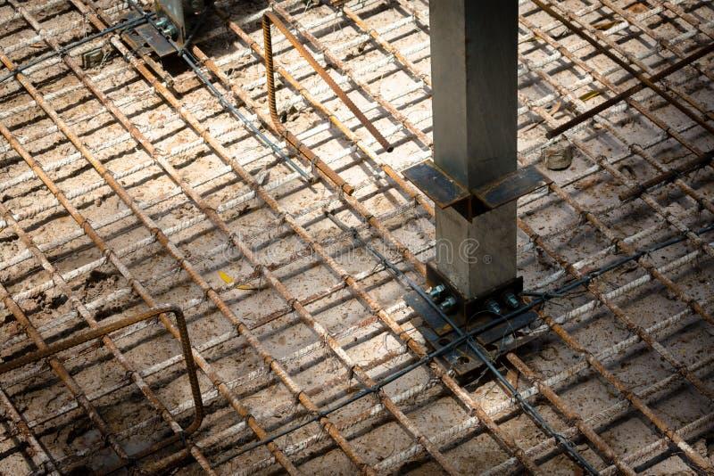 Construcción de las barras de acero en el emplazamiento de la obra Alambre de la soldadura del hierro imagen de archivo libre de regalías